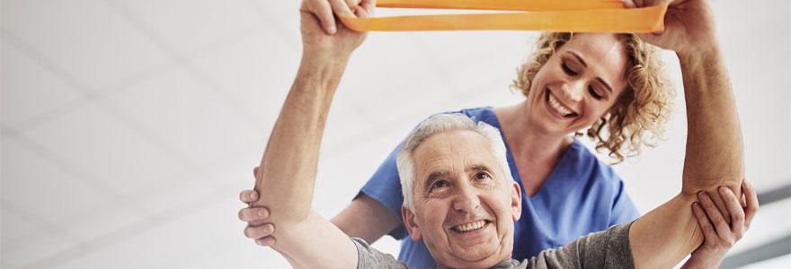 Une personne agee recoit une seance de kinesitherapie